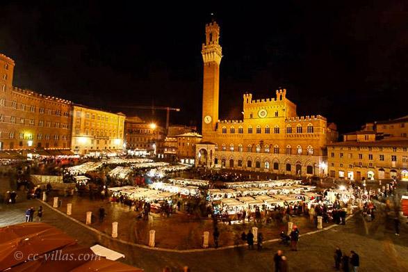 Weihnachten in der Toskana - Weihnachtsmarkt in Siena auf dem Piazza del Campo