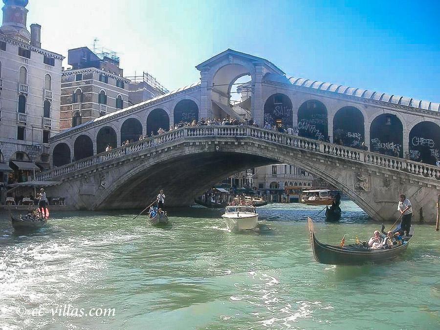 Venedig - der Rialto über den Canale Grande mit Gondeln und Booten