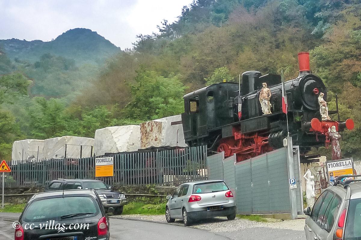 Marmorbrüche Carrara - Carrara Eisenbahn(1876-1923), die hoch nach Fantiscritti fuhr und die Marmorbrocken wurden damit nach unten transportiert, bis es günstiger zu sein schien, dieses per Lastwagen zu unternehmen