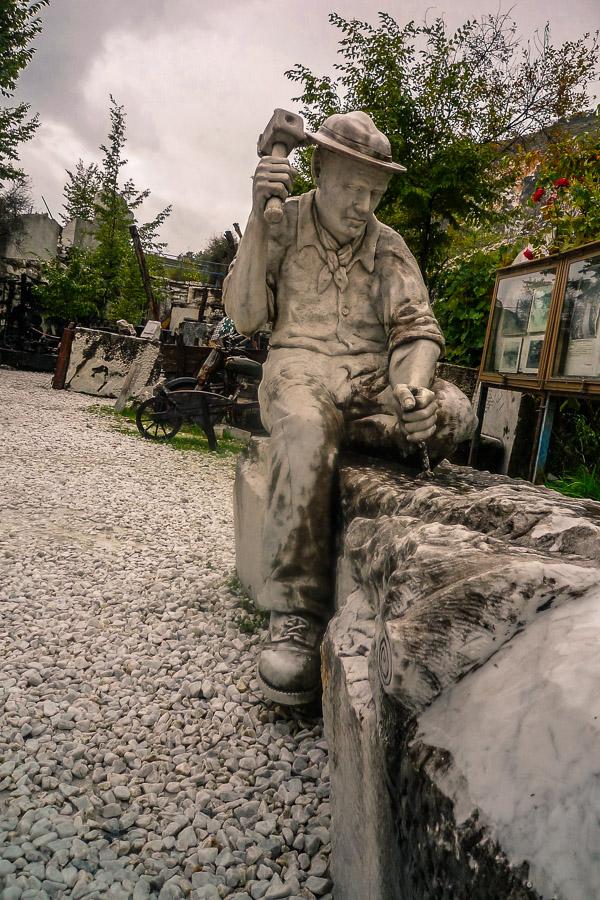 Carrara Marmor wird bearbeitet - Skulptur Museum Walter Danesi