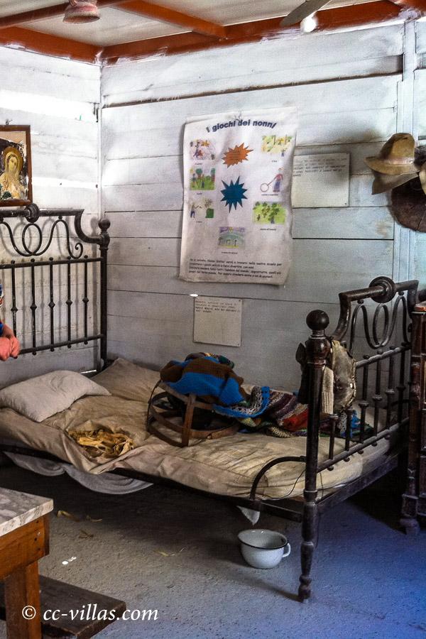 Marmor Brüche - Museum Walter Danesi: Marmorbrecher Unterkunft mit den wichtigsten Dingen zum Leben - Eisenbett