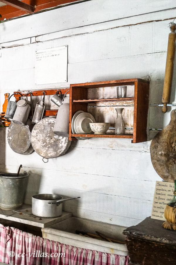 Marmor Brüche - Museum Walter Danesi: Marmorbrecher Unterkunft mit den wichtigsten Dingen zum Leben - Kochutensilien