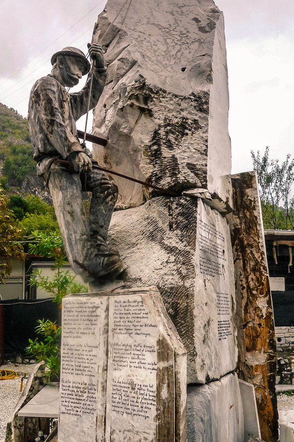 Carrara Marmor Marmorbrecher im Bruch - Skulptur Museum Walter Danesi