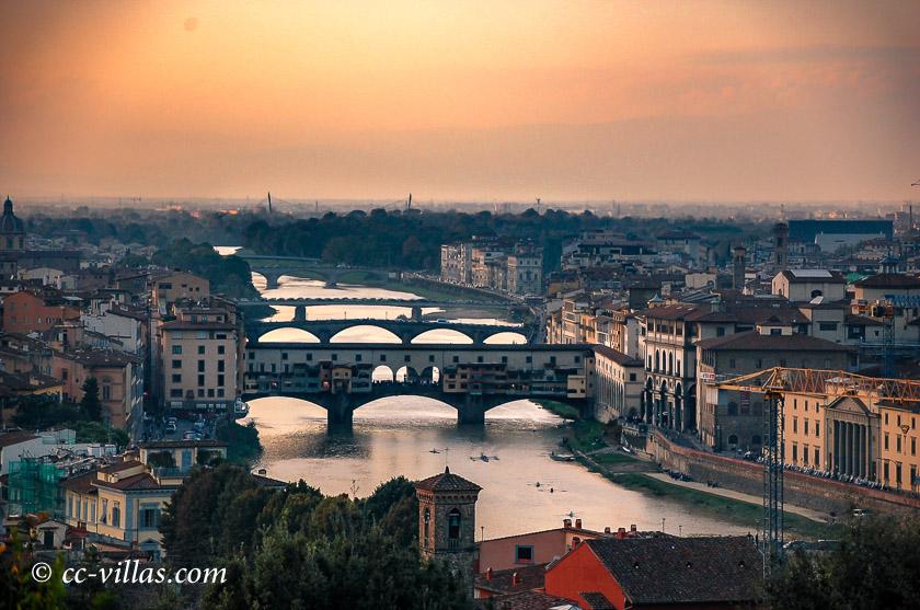 Brücken von Florenz - Blick auf die Brücken von der Piazzale Michelangelo - im Vordergrund die Ponte Vecchio
