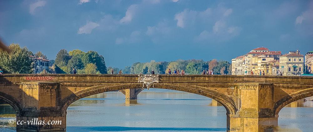 Brücken von Florenz - Ponte Santa Trinità, die erste Korbbrücke, wahrscheinlich war auch Michelangelo beteiligt