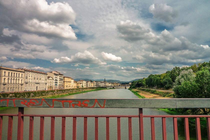 Florenz Brücken - neue Arnobrücke mit Blick auf Florenz und das Wehr