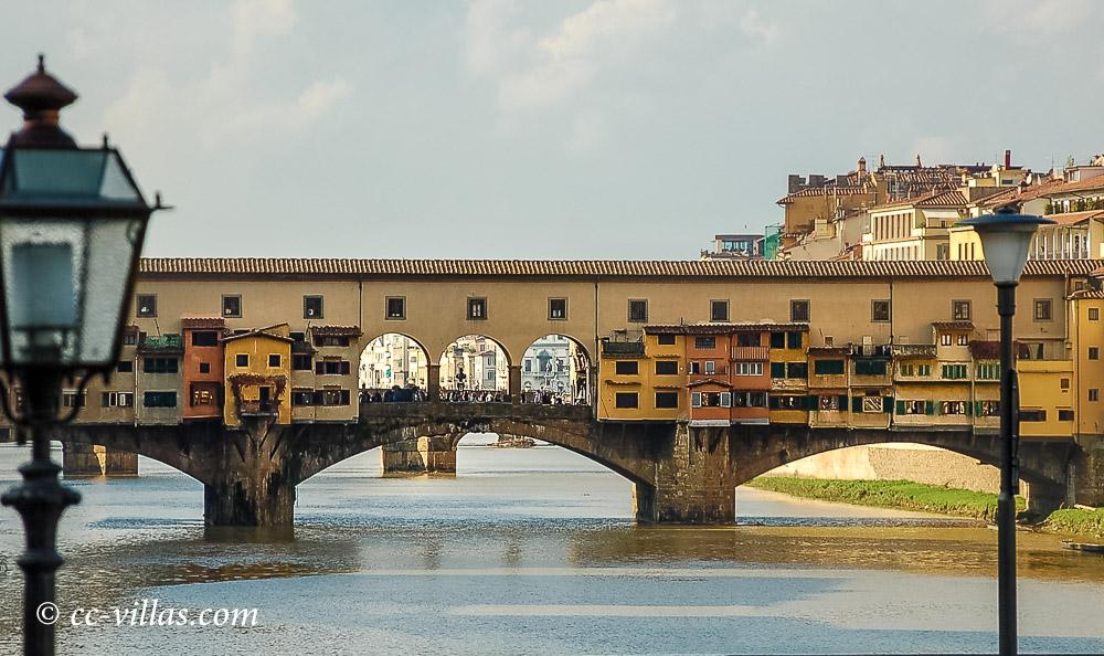 Florenz Brücken - Ponte Vecchio mit den Arkaden und oberhalb der Buden den geheimen Gang