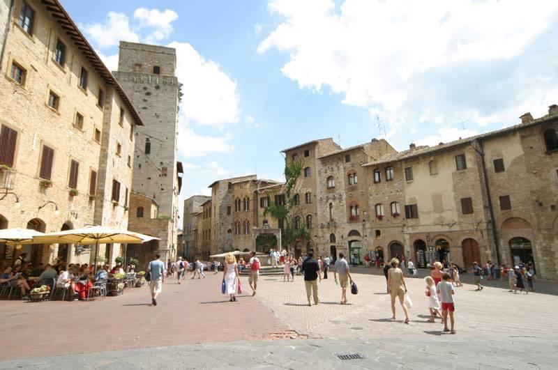 San Gimignano auf dem Marktplatz, der sich in schmale Gassen verliert