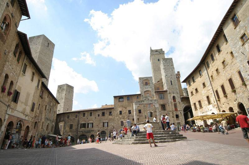 San Gimignano der berühmte Brunnen (cisterna) auf dem Marktplatz
