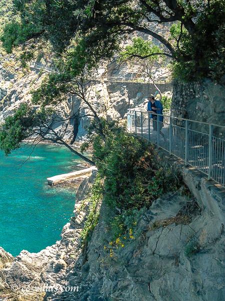 Cinque Terre Ligurien - der Küstenpfad windet sich am Felsen entlang