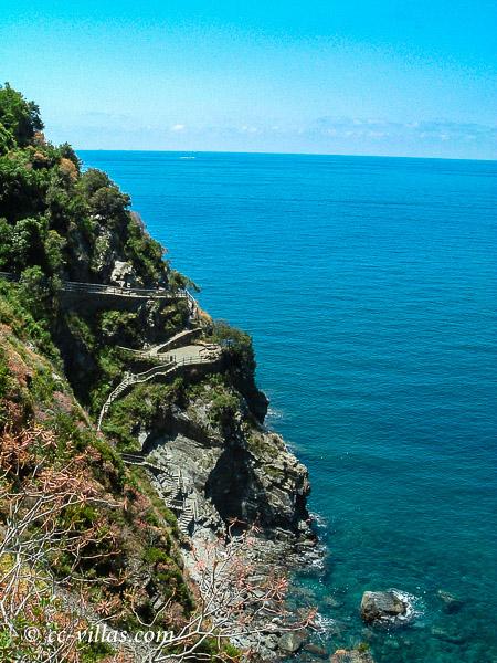 Cinque Terre Ligurien - der Küstenpfad windet sich am Felsen hoch - herrliche Badebuchten