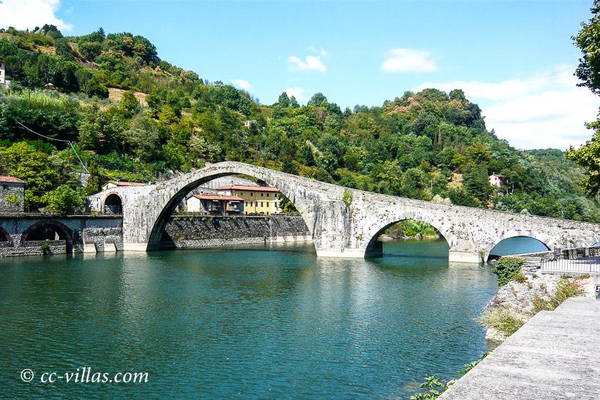 Garfagnana Lucca - die Teufelsbrücke über den Serchio