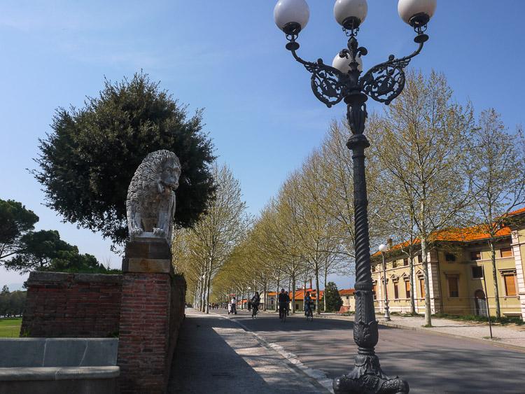 Lucca Stadtmauer - auf der Stadtmauer an einigen Punkten von Löwen flankiert
