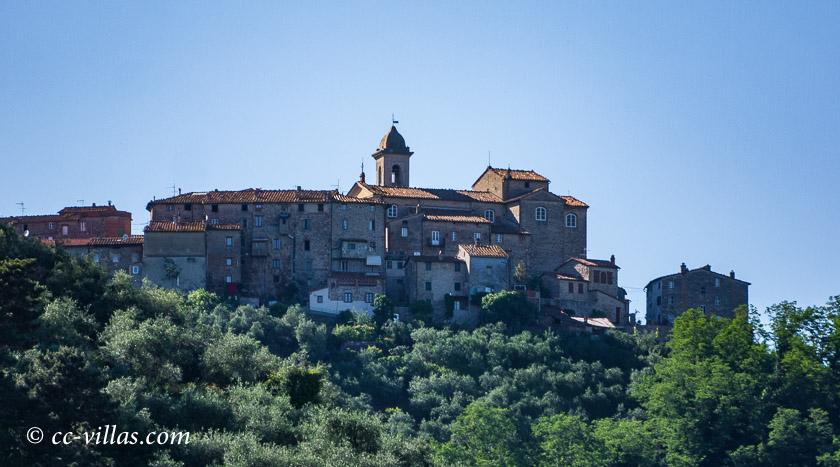 Bottaccio Naturschutzpark - hoch oben die alte Festung Castelvecchio über dem ehemaligen See