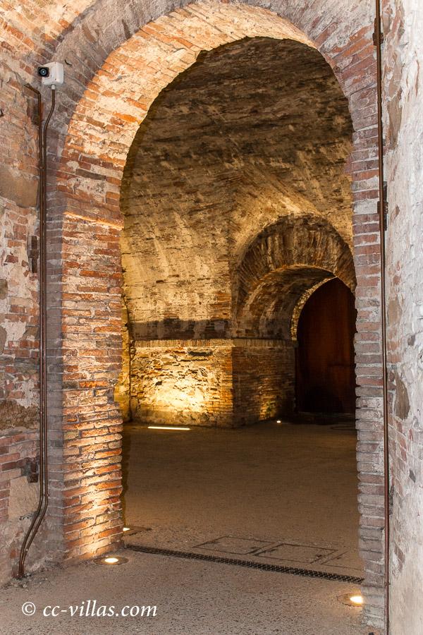 Lucca Toskana - das Gewölbe unter der Stadtmauer, der Einlass von dem Parkplatz Carducci