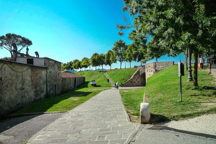 Lucca Stadtmauer - Auffahrt und Tor bei der Kirche San Frediano