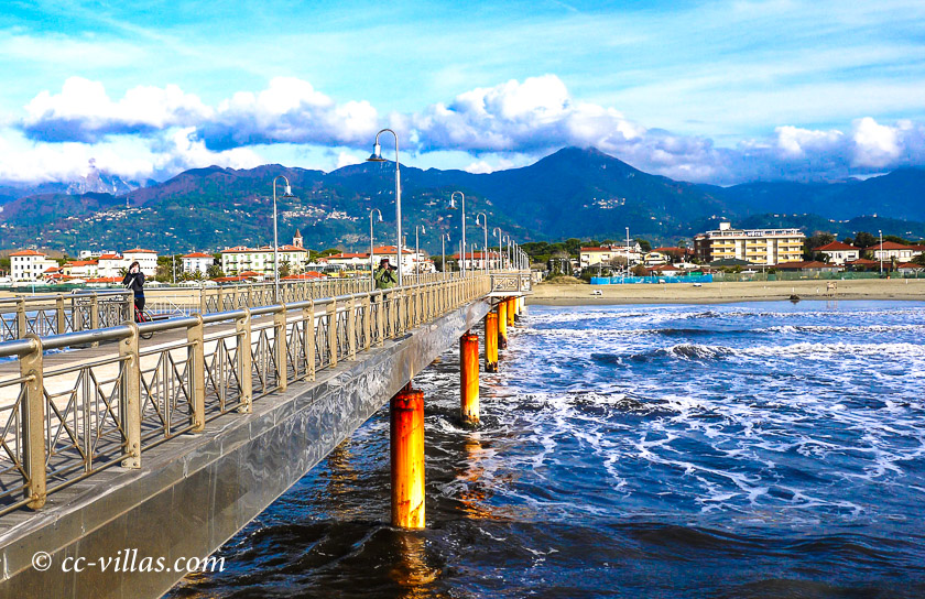 Meer bei Lucca und Pisa - Forte dei Marmi die Anlege Brücke