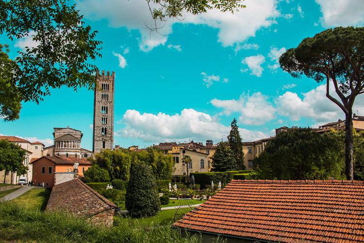 Lucca Stadtmauer - von oben Blick auf den Garten des Palazzo Pfanner