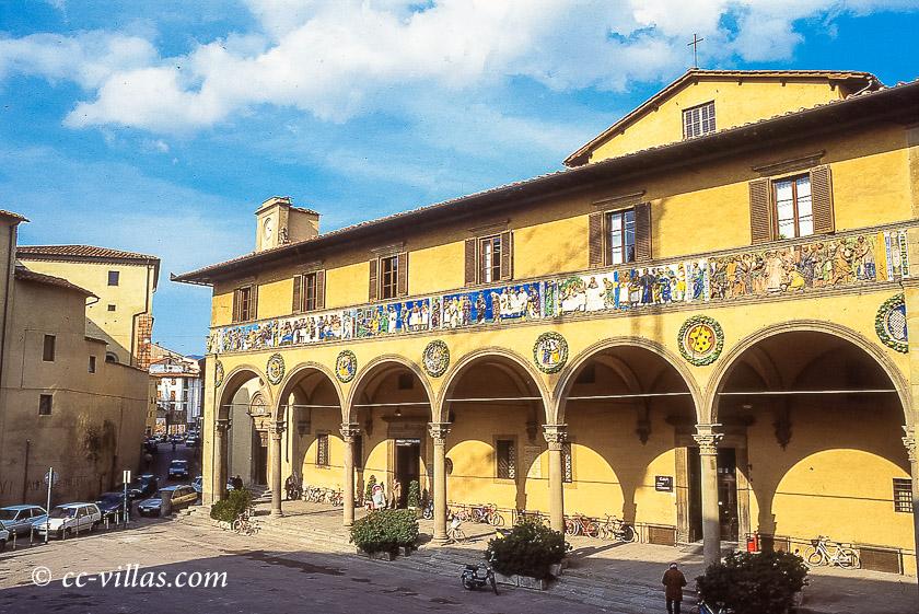 Pistoia Toskana - durch Spenden finanziertes altes öffentliches Krankenhaus mit einem Majolika Fries verziert