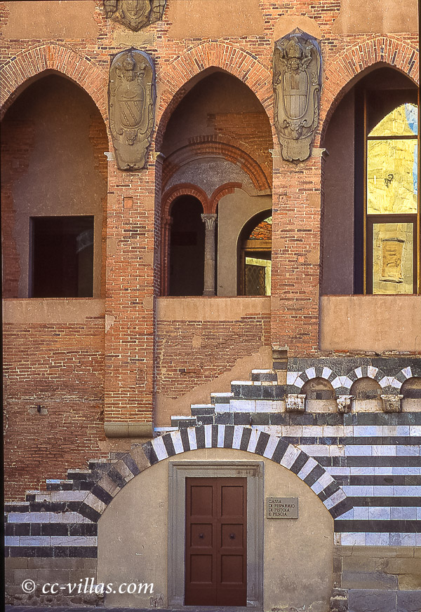 Pistoia Toskana - am Domplatz - administratives Gebäude