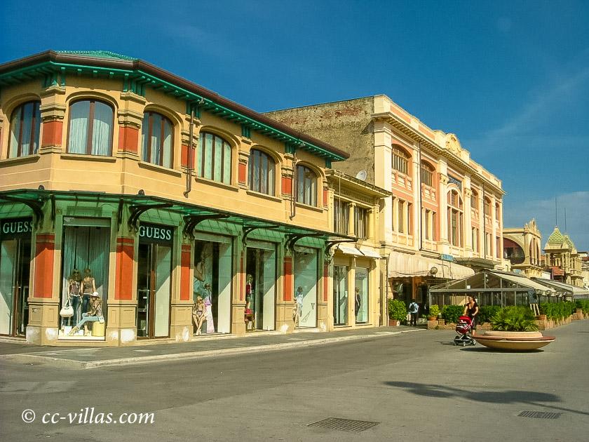 Viareggio Karneval Promenade mit Jugendstil Bauten