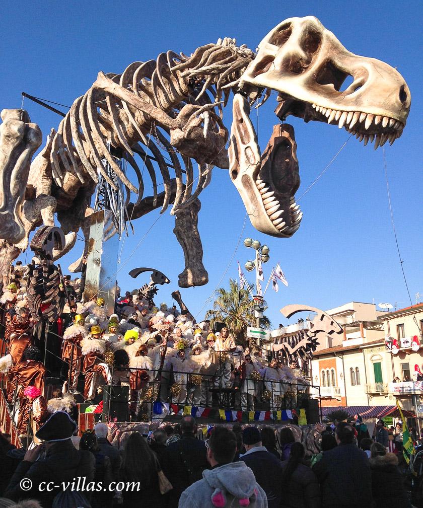 Viareggio Karneval - ein Prunkwagen mit Jubelnden Menschen