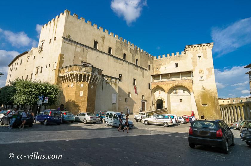 Pitigliano - der wuchtige Orsini Palast, ehemals Festung
