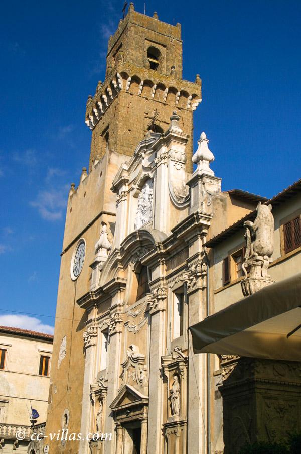 Pitigliano - Frontfassade der Kathedrale St. Peter und Paul mit dem mittelalterlichen Geschlechterturm