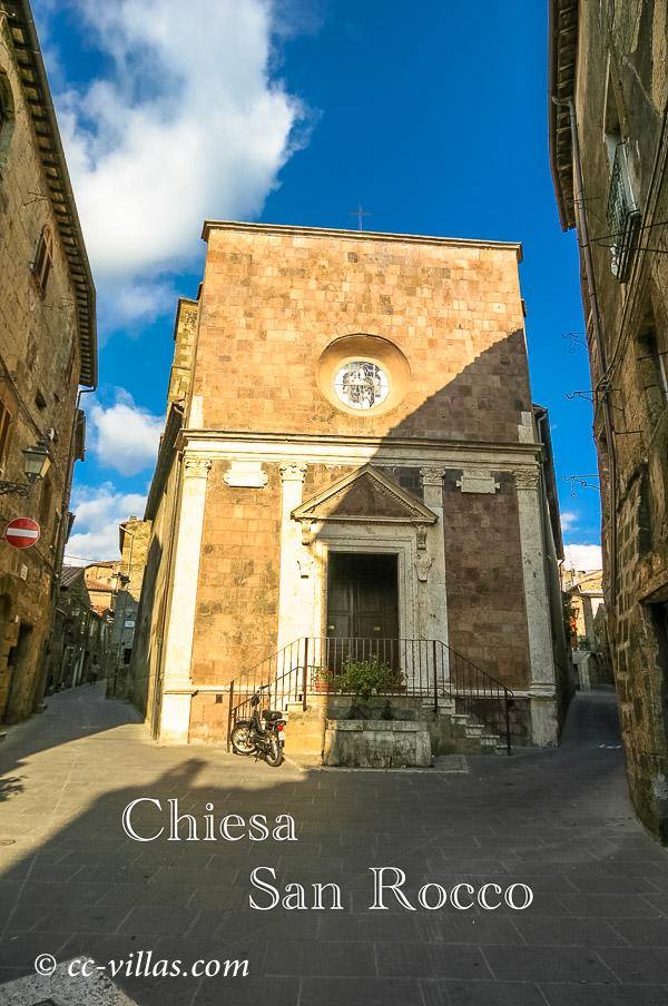 Pitigliano - Frontfassade der Kirche San Rocco, die älteste der Stadt