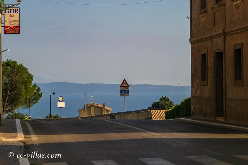 Bolsena Italien am Bolsenasee: Anfahrt von Norden zum See