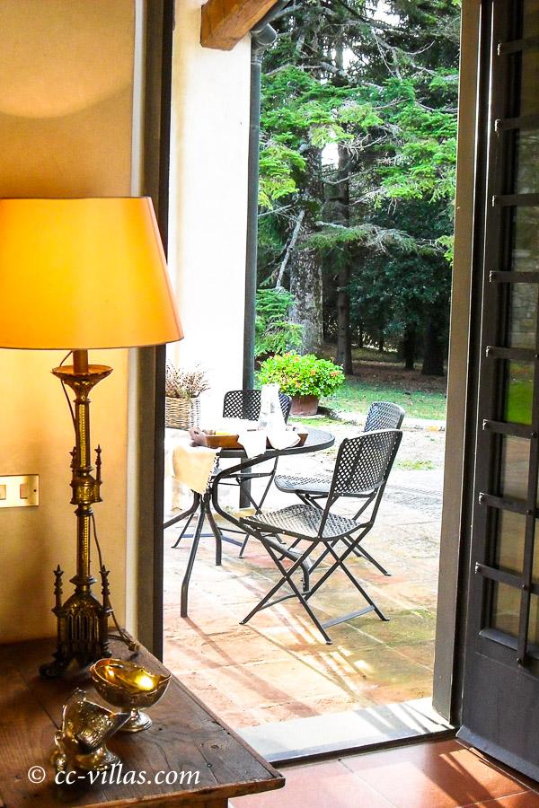 Kochkurs Toskana Blick aus der Tür auf die Terrasse