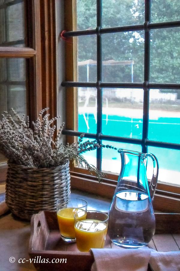 Kochkurs Toskana Blick aus dem Fester auf den Pool