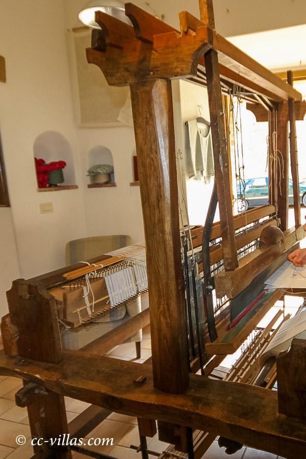 Sovana, Stadt in der südlichen Maremma - der Webstuhl - die Textilen werden verkauft.