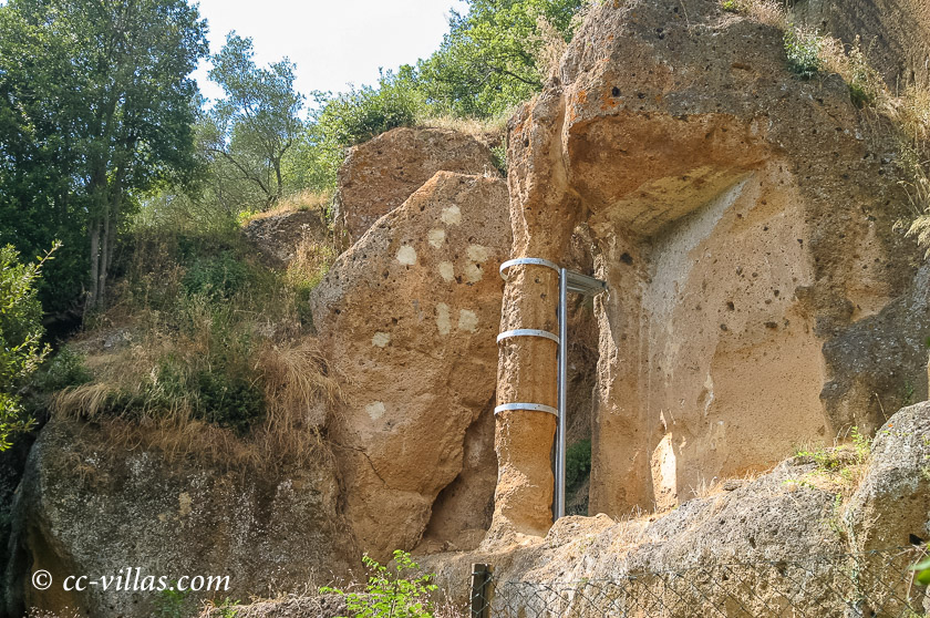 Sovana - Tuffstein Nekropole in der südlichen Maremma - hier eine Säule der Tomba Hildebranda
