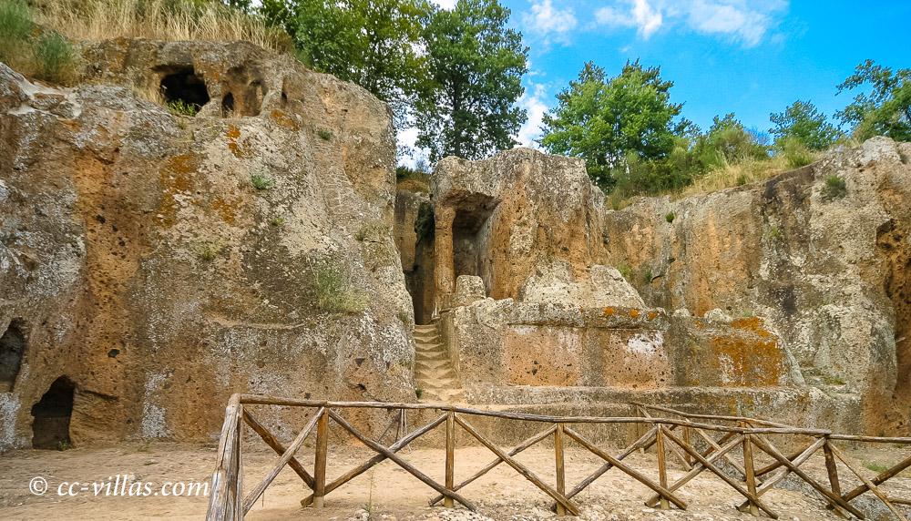 Sovana - Tuffstein Nekropole in der südlichen Maremma mit dem Grabmal Hildebrando