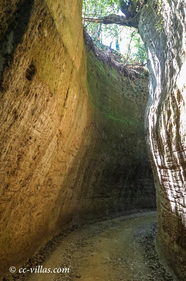 Sovana - Tuffstein Nekropole in der südlichen Maremma mit den Cavone