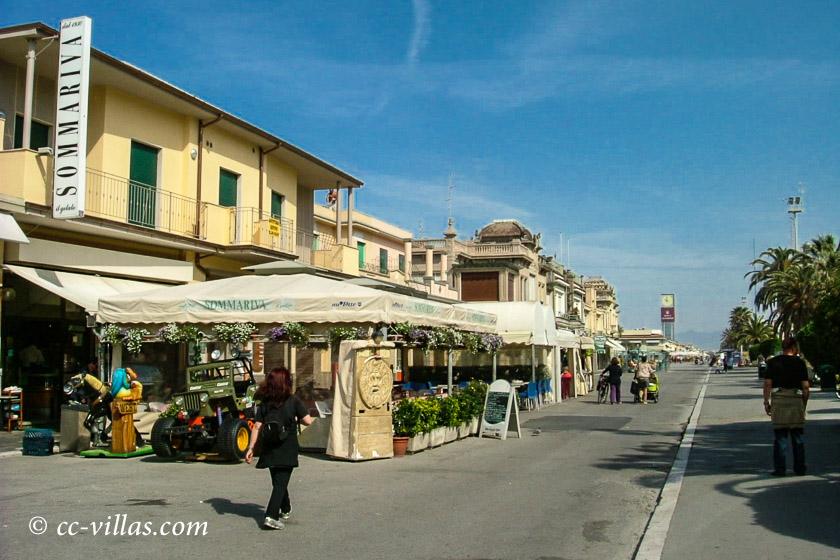 Viareggio Italien Promenade mit Cafés und den Jugendstil Bauten