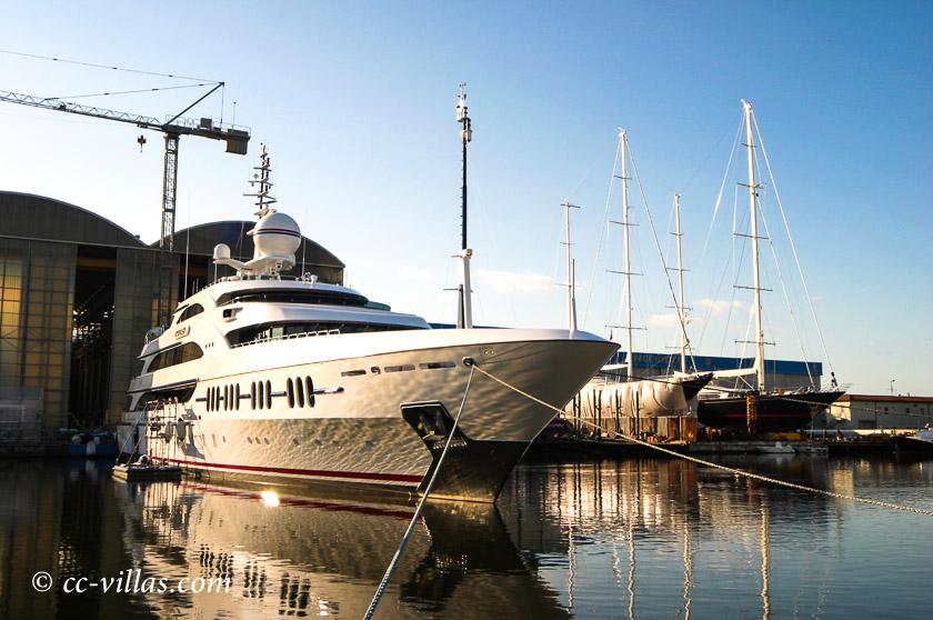Viareggio Italien im Yachthafen - Segelboot