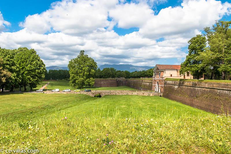 le Mura, Stadtmauer von Lucca mit dem Glacis und den Bastionen und Toren