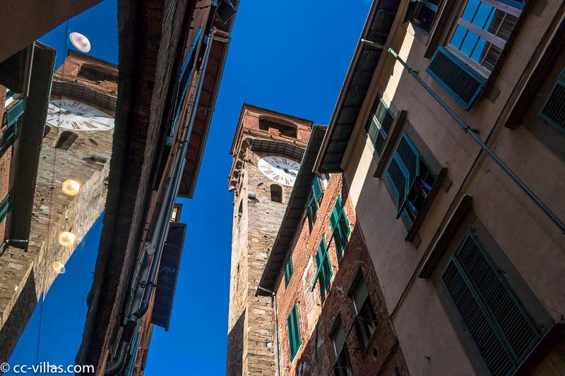 Torre delle Ore in der Straße via Filungo