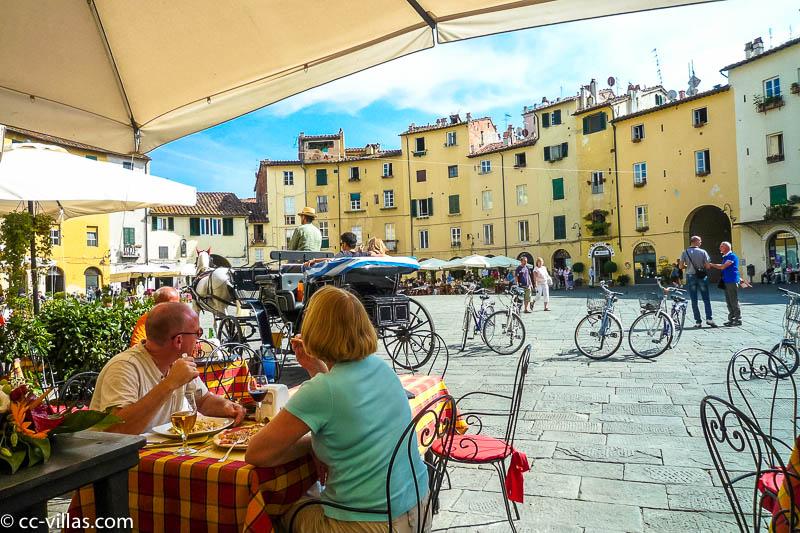 Lucca Sehenswürdigkeiten - Amphitheater mit Kutsche und Cafés auf dem Platz