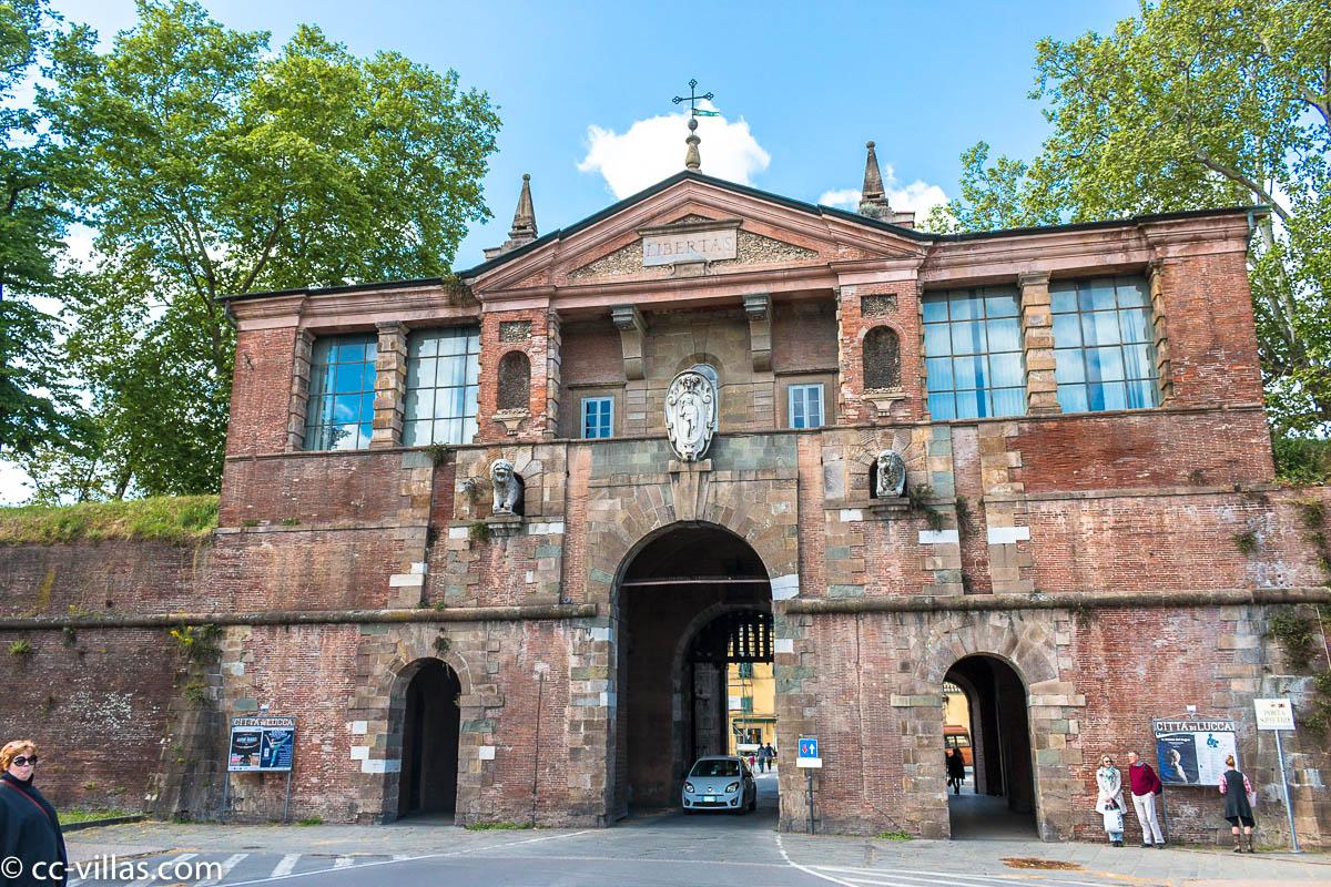 Lucca Sehenswürdigkeiten - Porta san Pietro gegenüber dem Bahnhof