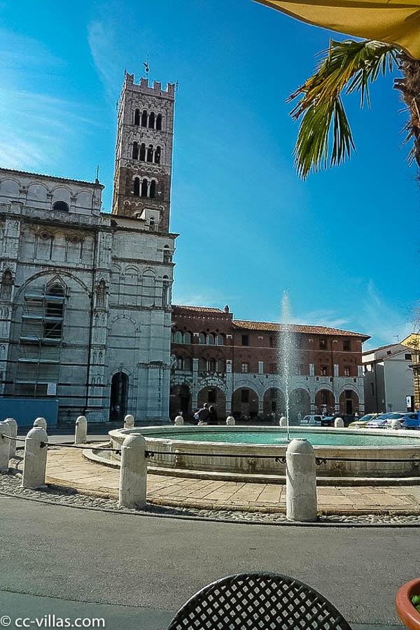 Lucca Sehenswürdigkeiten - san Martino Seiten Ansicht Piazza Antimelli