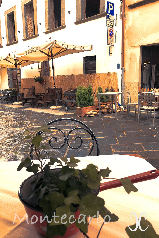 Montecarlo Toskana - Via Roma Vinotheken und Osterien sind mit Blumen und Pflanzen versehen