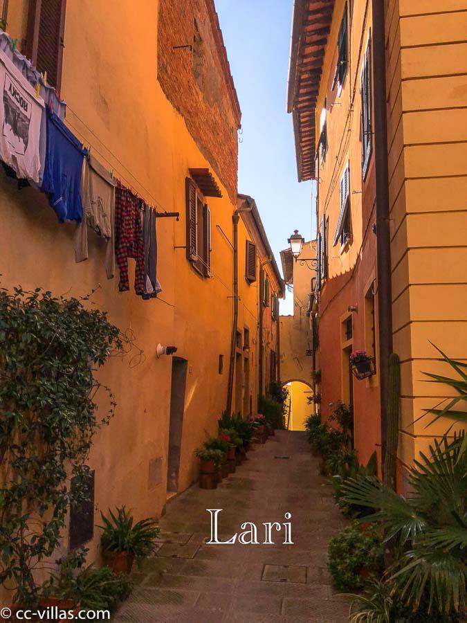 Lari - eine Seitengasse mit üppigen Blumen und Wäsche
