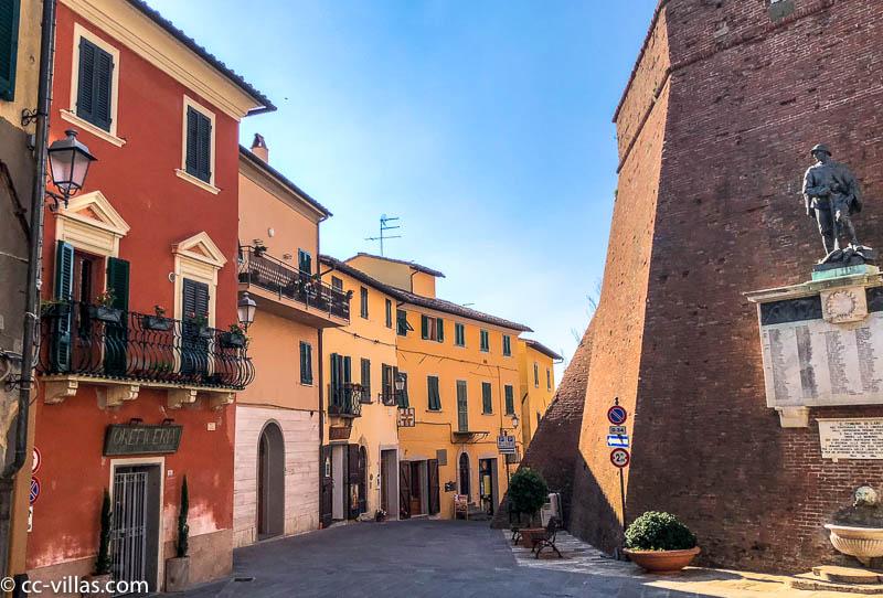das Castello dei Vicari und die mittelalterliche Stadt