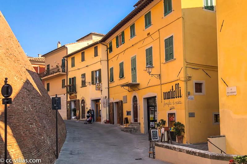 das Castello dei Vicari die mittelalterliche Stadt mit der Pastafabrik Martelli