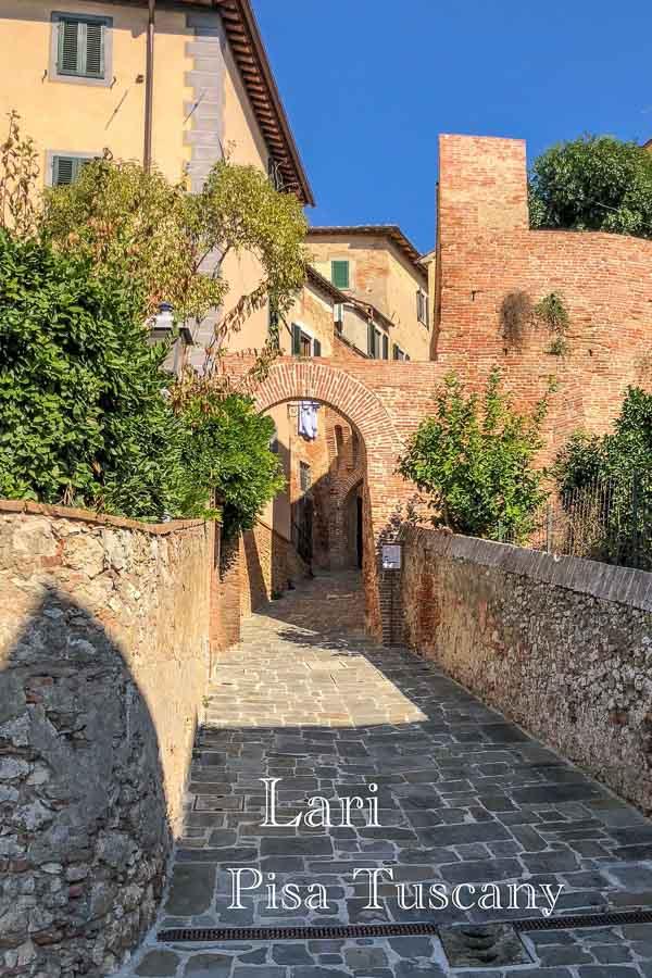 Tor durch die Stadtmauer zum Städtchen Lari
