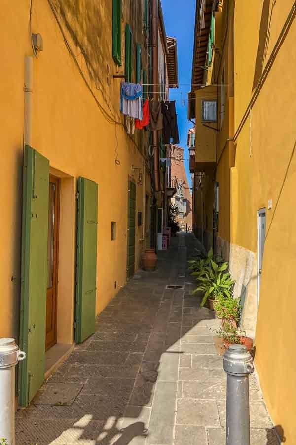 Gasse zum Castell dei Vicari in Lari