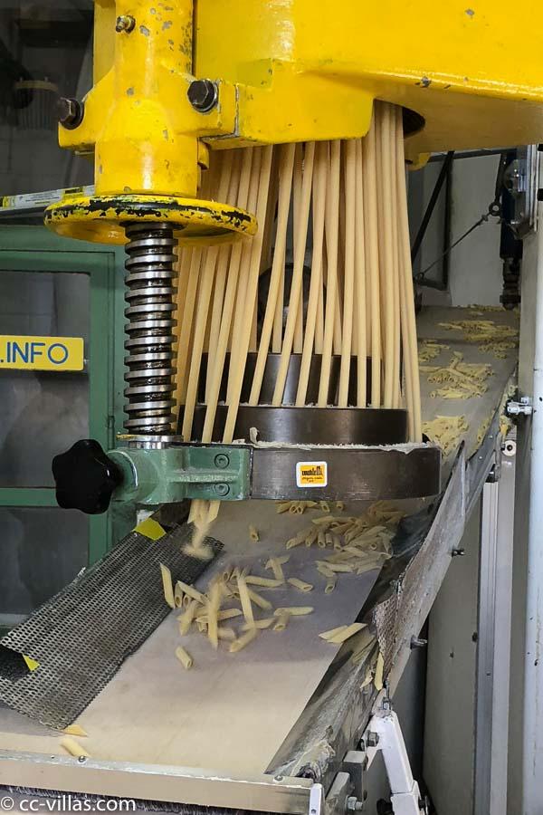 Besuch in der Pastafabrik Martelli in Lari - die Pasta Röhren werden geschnitten